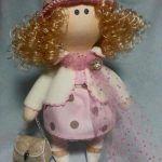 Muñeca de gorrito y bolso