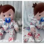 Muñeco bebé con pijama y chupete en fieltro