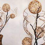 Decoración del hogar con ramas y bolas de hilo