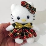Muñeca Hello Kitty en miniatura con Calcetines